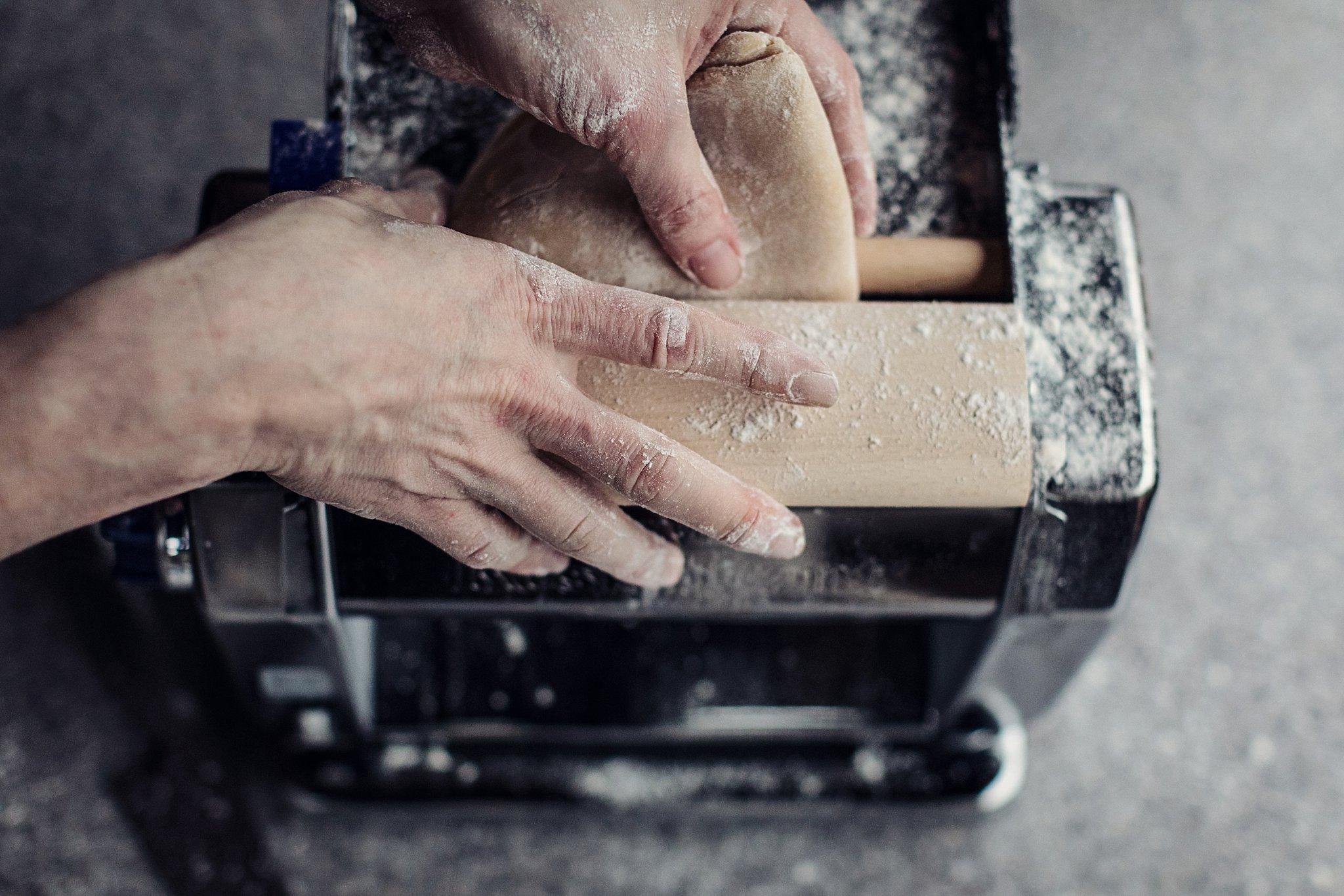 Hand rolling pasta machine
